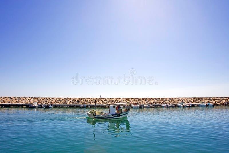 Kleine vissersboot die de haven van Duquesa in Spanje verlaat stock foto's
