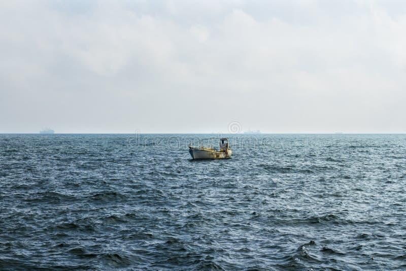 Kleine vissersboot die in de Zwarte Zee afdrijven stock fotografie