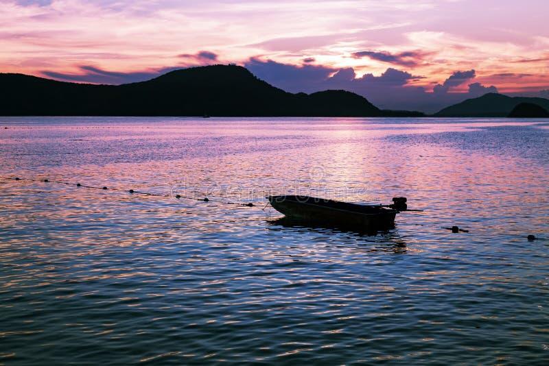 Kleine vissersboot in het overzees, Dramatische hemel in het verstand van de schemeringtijd royalty-vrije stock fotografie