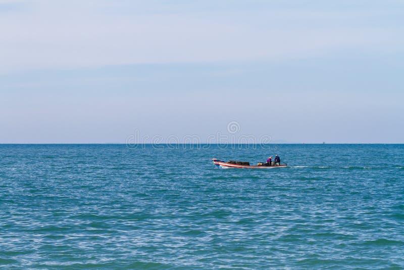 Kleine vissersboot in ochtendlicht stock afbeelding