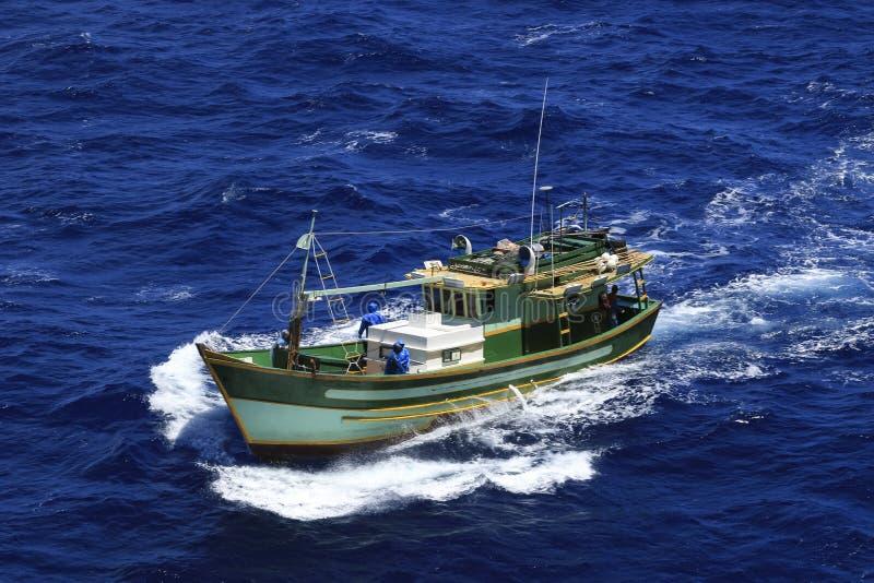 Kleine vissersboot op zee stock foto's