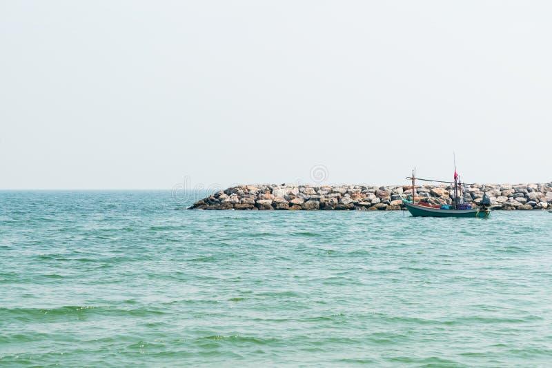 Kleine vissersboot over oceaanhorizon stock afbeeldingen