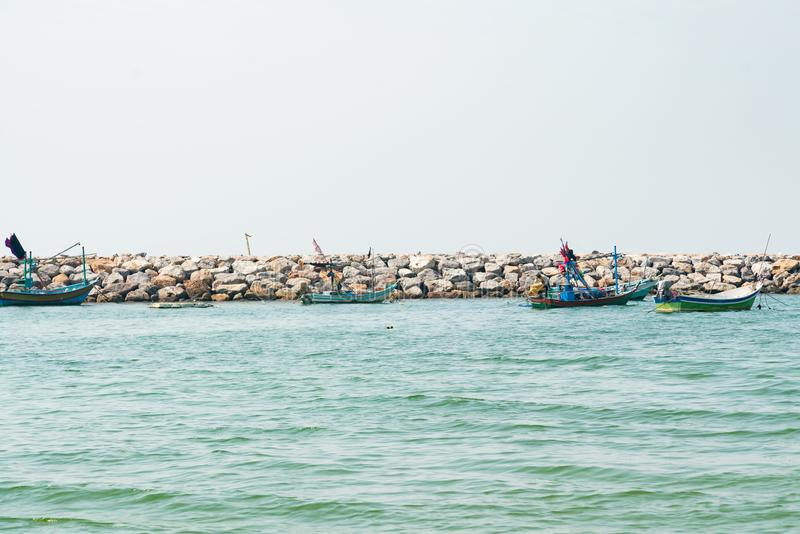 Kleine vissersboot over zeekust oceaanhorizon royalty-vrije stock afbeelding