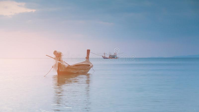 Kleine vissersboot over zeekusthorizon stock afbeeldingen