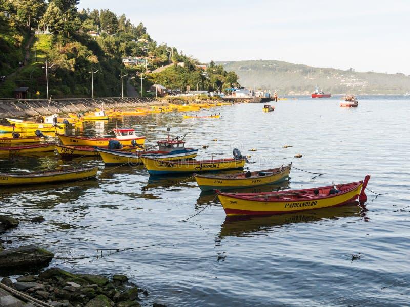 Kleine vissersboten, aangemeerd aan de kust van de Valdivia, in de stad Corral Chili is een macht in de winningsvisserij in stock afbeelding
