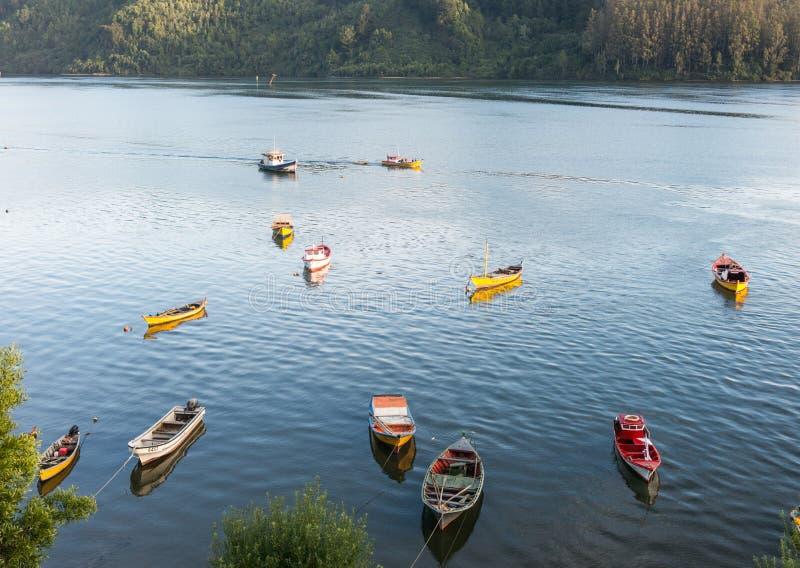 Kleine vissersboten, aangemeerd aan de kust van de Valdivia, in de stad Corral Chili is een macht in de winningsvisserij in royalty-vrije stock fotografie