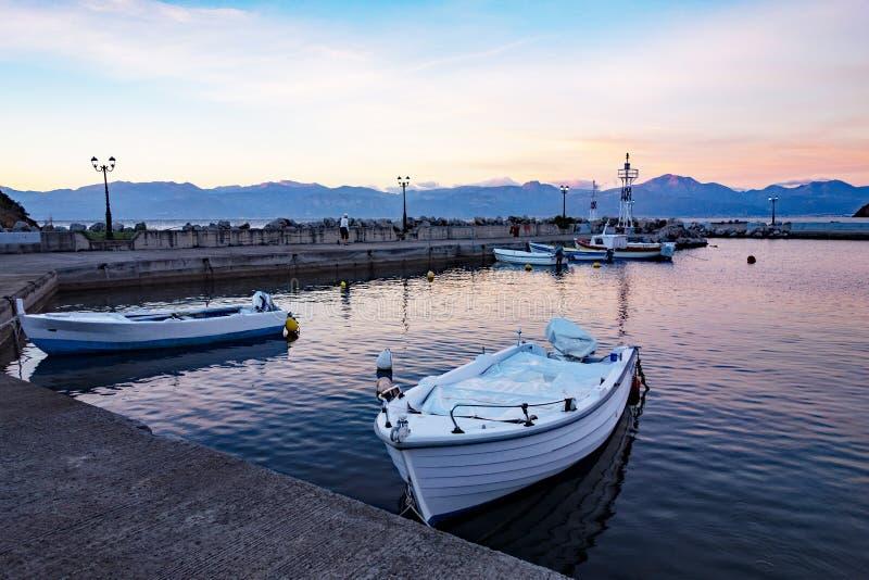 Kleine Vissersboten in Dawn, Griekenland royalty-vrije stock afbeelding