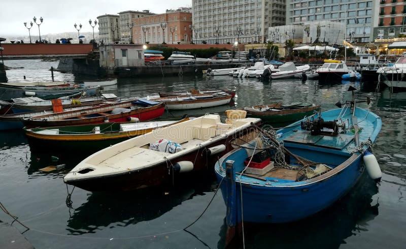 Kleine vissersboten in de haven van Napels stock afbeelding
