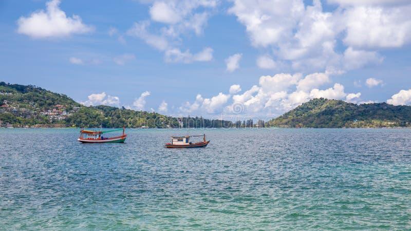 Kleine vissersboten dichtbij het eiland van Phuket-overzees stock fotografie