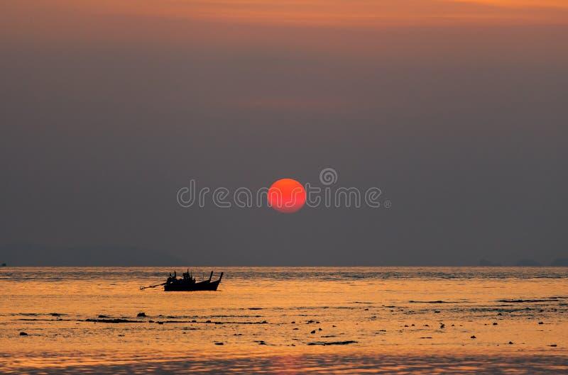 Kleine Vissersboten op overzees in zonsondergang royalty-vrije stock foto's