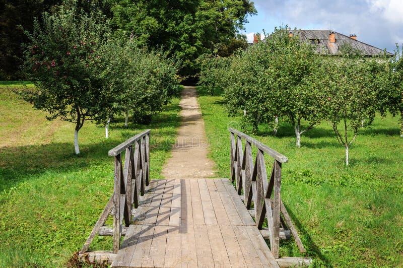 Kleine voet houten brug in oud park royalty-vrije stock foto's