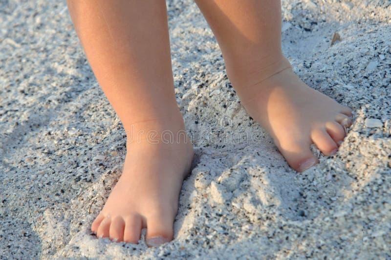 Kleine voeten in het zand stock afbeelding