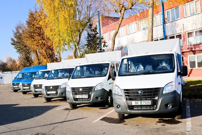 Kleine vrachtwagens, bestelwagens, de tribune van koeriersminibussen op een rij klaar voor D stock foto's