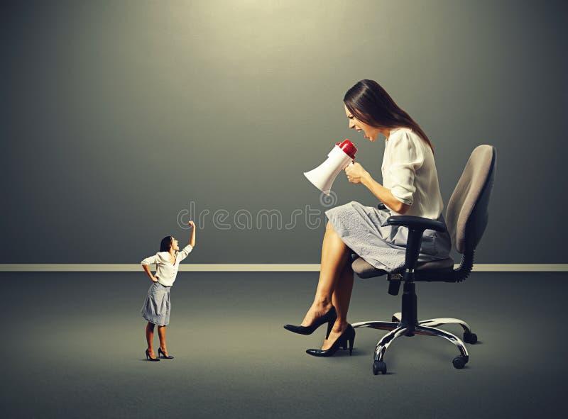 Kleine vrouw en grote boze vrouw stock foto's