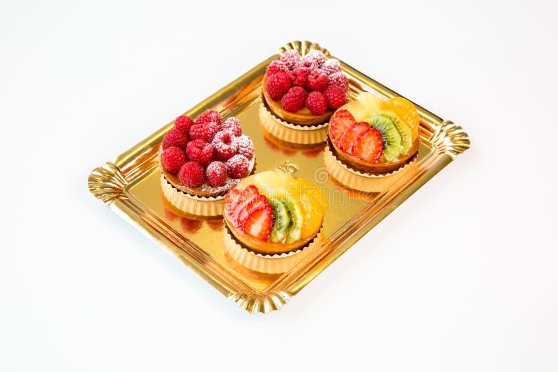 Kleine vruchten cakes op een witte achtergrond stock afbeelding