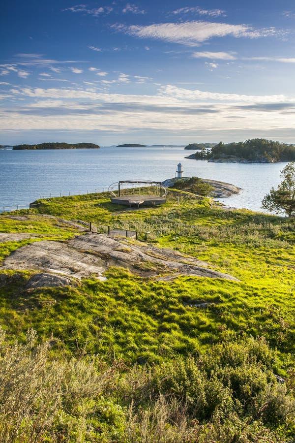 Kleine vuurtoren op eiland in Zweden royalty-vrije stock fotografie