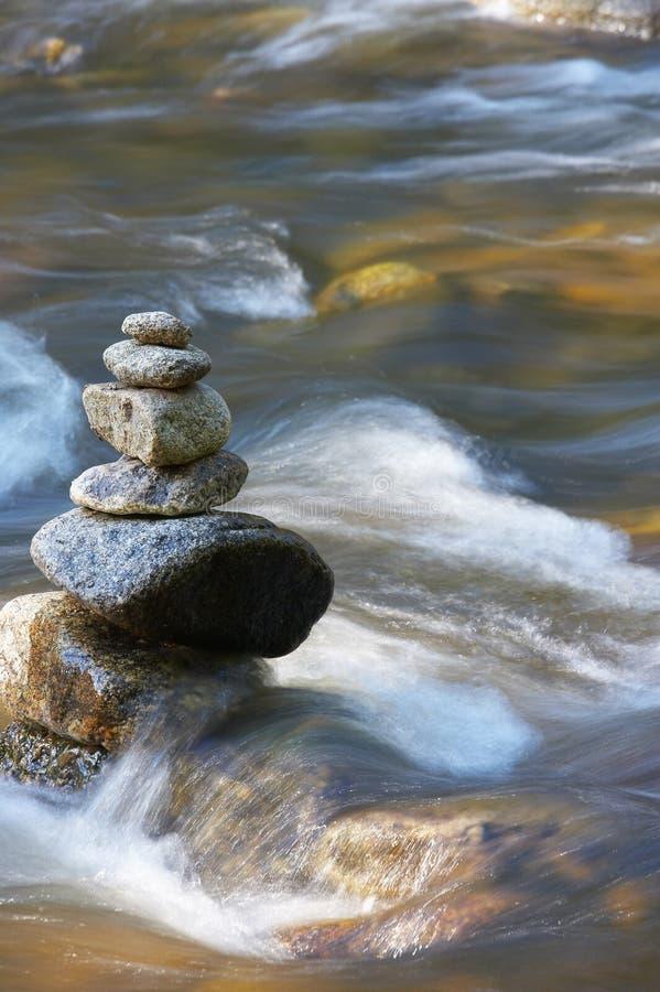 Kleine Wasserläufe mit Felsen stockfotos
