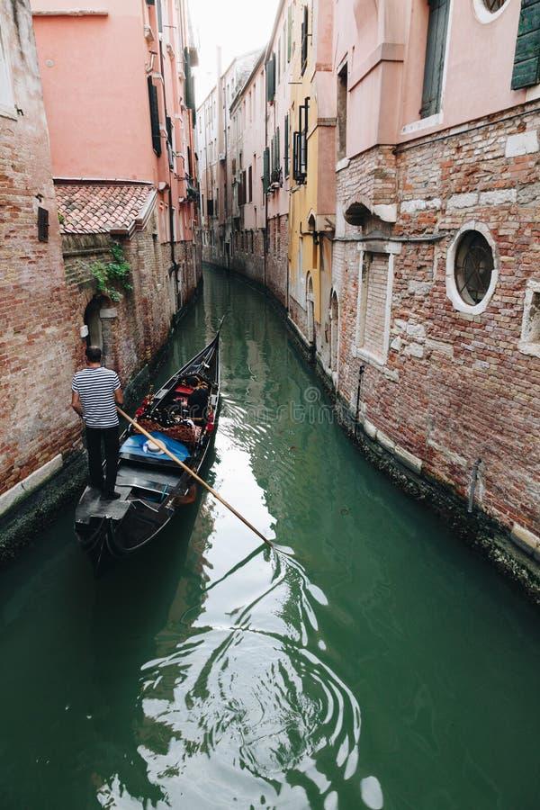 Kleine Wasserstraßen in Venedig mit Gondolieren stockbilder