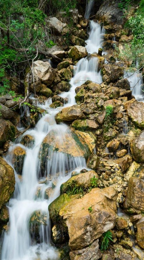 Kleine waterval in bergen stock foto's