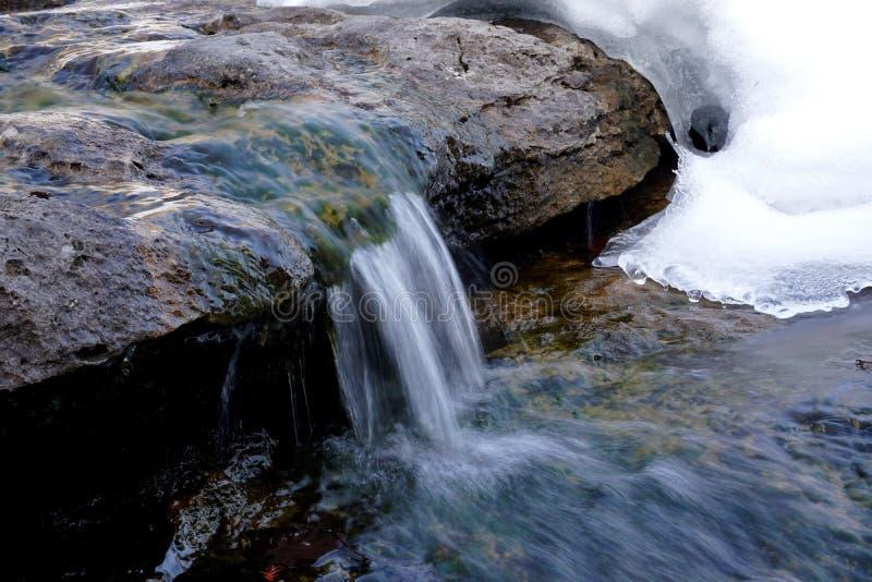 Kleine waterval in de winter stock fotografie