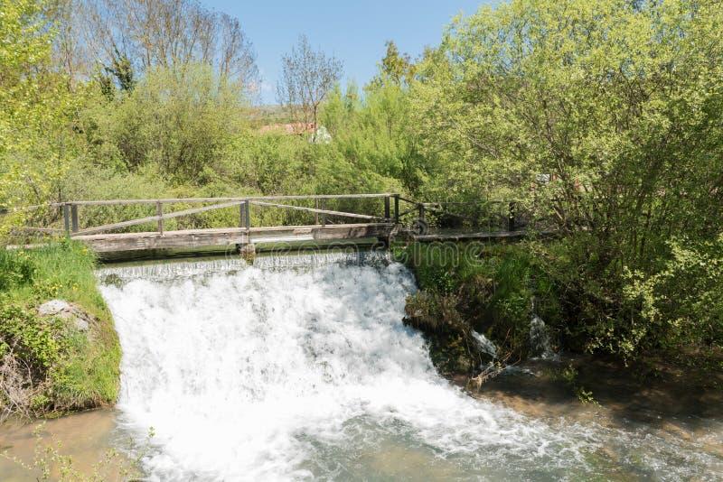 Kleine waterval dichtbij de bron van de Ebro rivier in Fontibre stock afbeelding