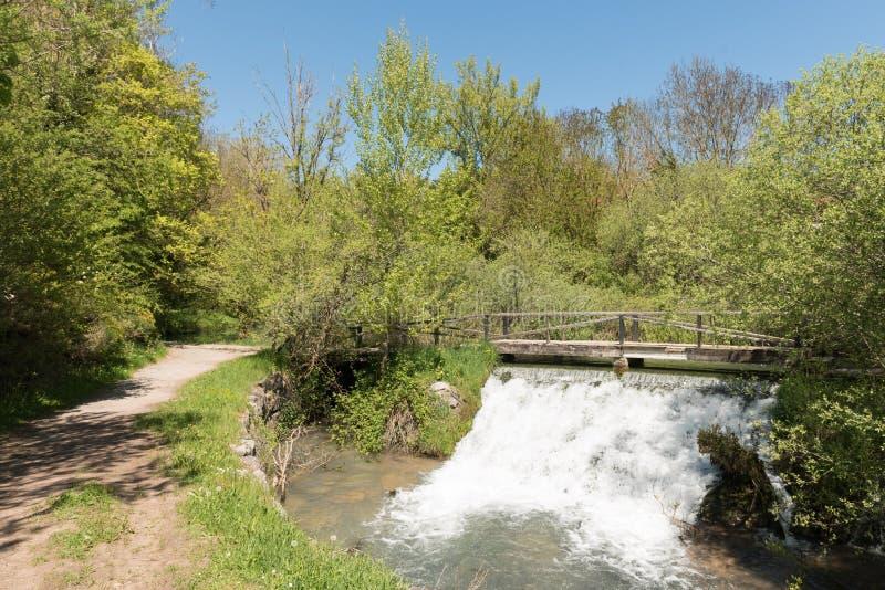 Kleine waterval dichtbij de bron van de Ebro rivier in Fontibre stock afbeeldingen