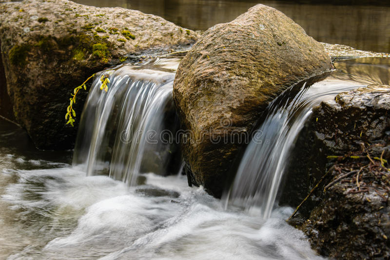 Kleine waterval in een bosrivier royalty-vrije stock afbeeldingen
