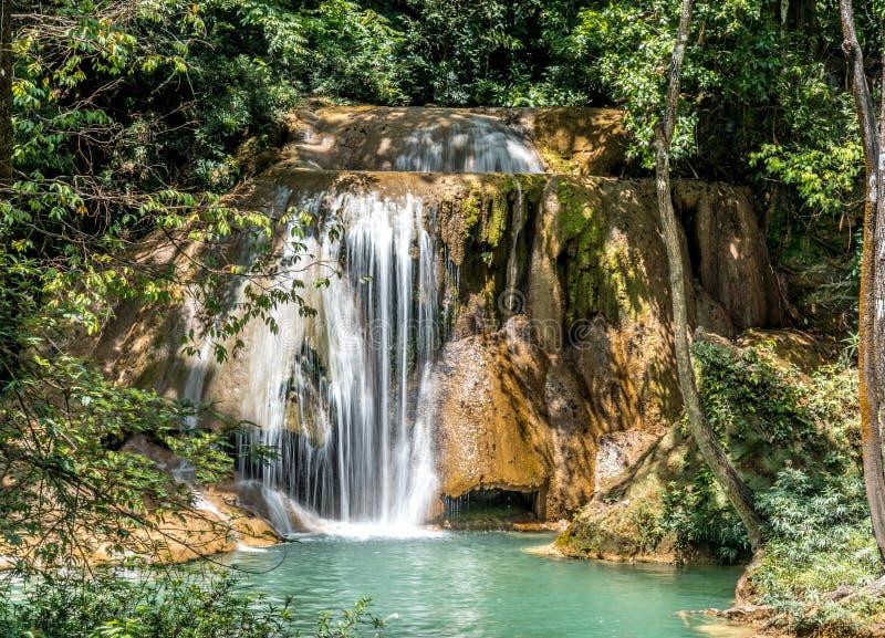 Kleine waterval in een groene lagune royalty-vrije stock afbeeldingen
