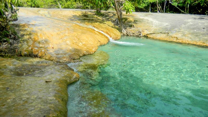 Kleine waterval in Emerald Pool, Krabi, Thailand stock foto