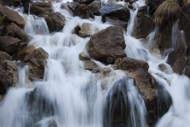 Kleine waterval in lange blootstelling royalty-vrije stock afbeeldingen