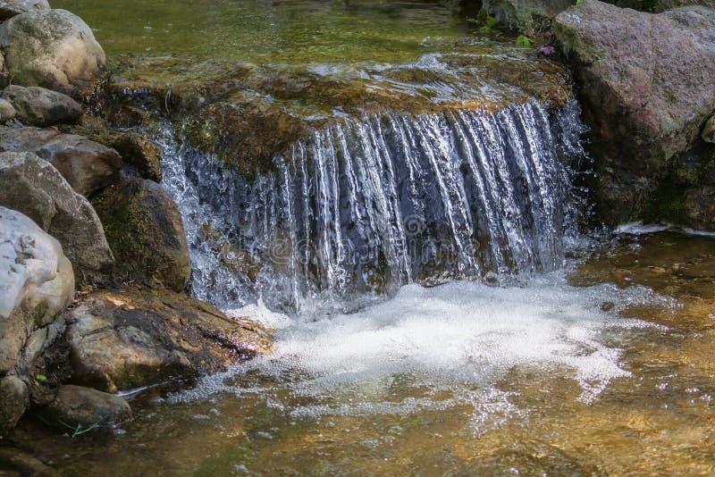 Kleine waterval op een kleine stroom royalty-vrije stock afbeeldingen