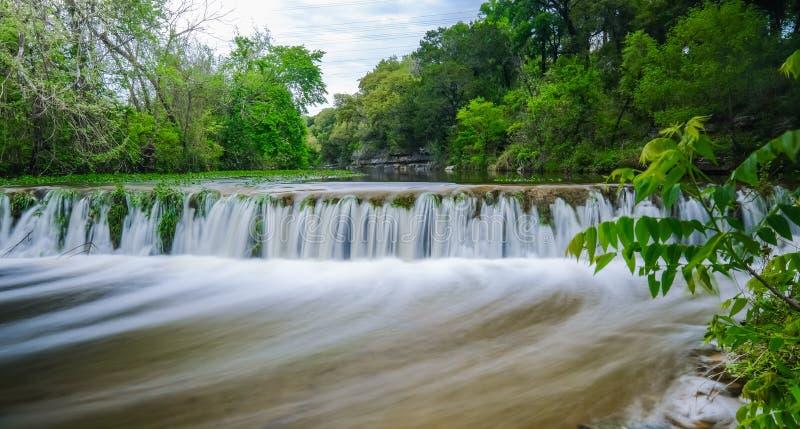 Kleine waterval op Stierenkreek Austin Texas stock afbeelding