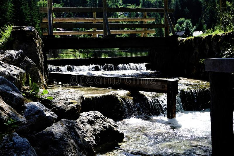 Kleine waterval voor krachtcentrale in Kranjska Gora stock fotografie
