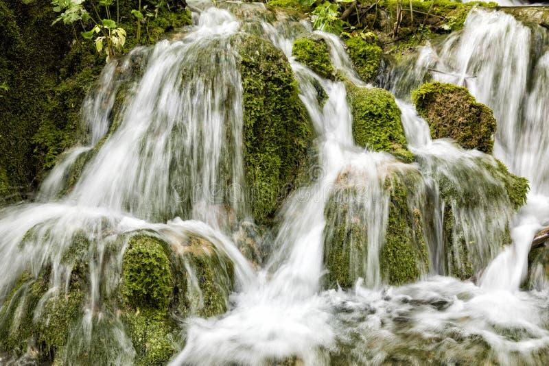 Kleine watervalstromen over mos-behandelde stenen in Plitvice-Meren NP royalty-vrije stock afbeeldingen