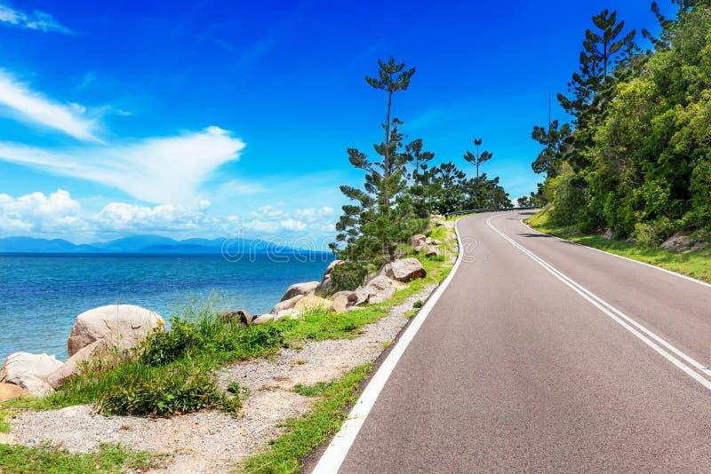 Kleine weg die bergop op Magnetisch Eiland, Australië gaan stock foto