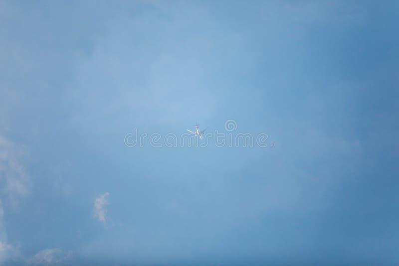 Kleine weiße Fläche im Mittelfoto mit blauem Himmel und hinter kleinen Wolken lizenzfreies stockfoto