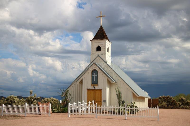 Kleine weiße hölzerne Kirche stockfotografie