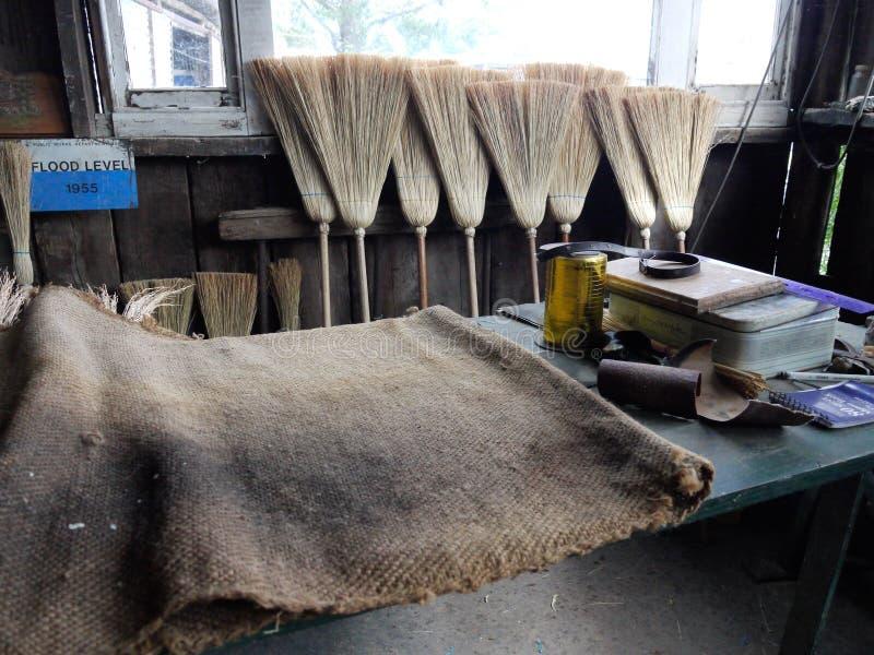 Kleine Werkstatt, die Strohbesen herstellt lizenzfreies stockfoto