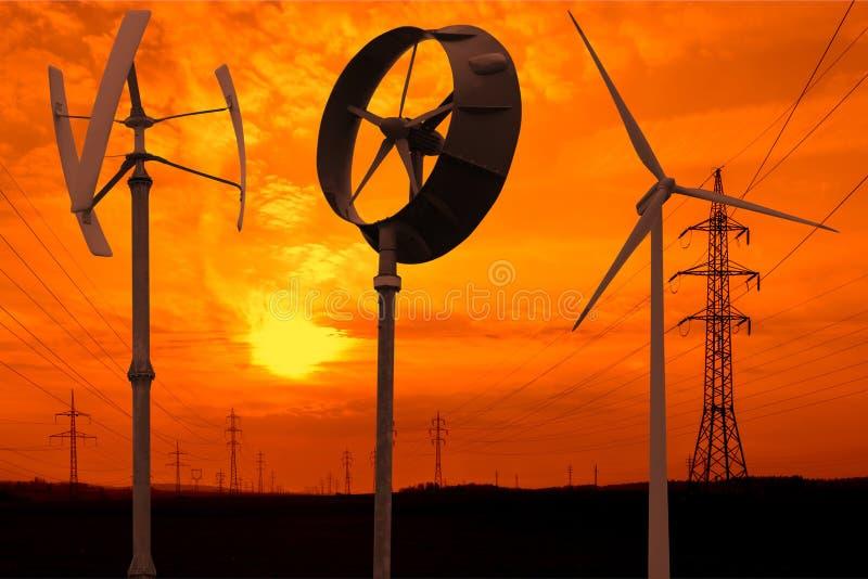 Kleine windturbines in de zonsondergang royalty-vrije stock afbeeldingen