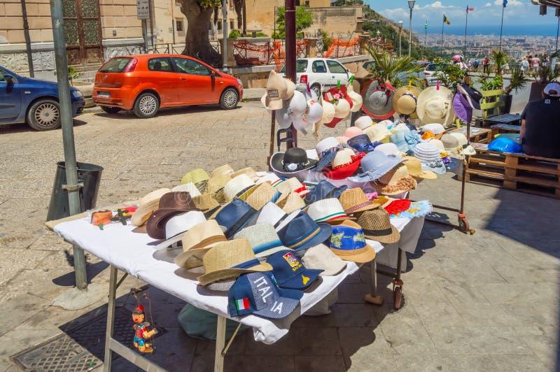 Kleine winkel met twee lijsten die hoeden en kappen in de stad verkopen van stock foto's