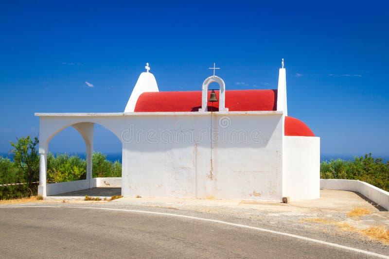 Kleine Witte Kerk Op De Kust Van Kreta Stock Afbeelding