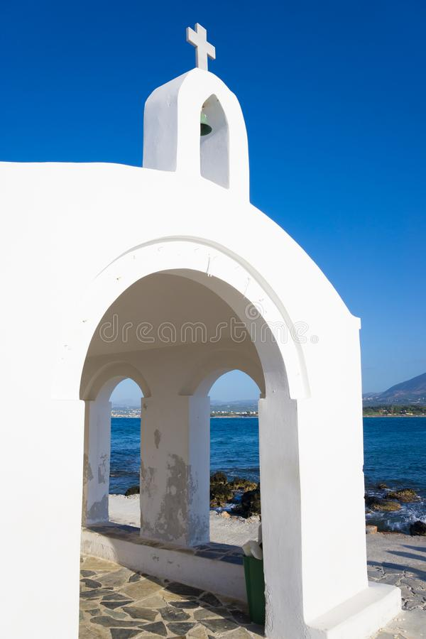 Kleine witte kerk in overzees stock foto