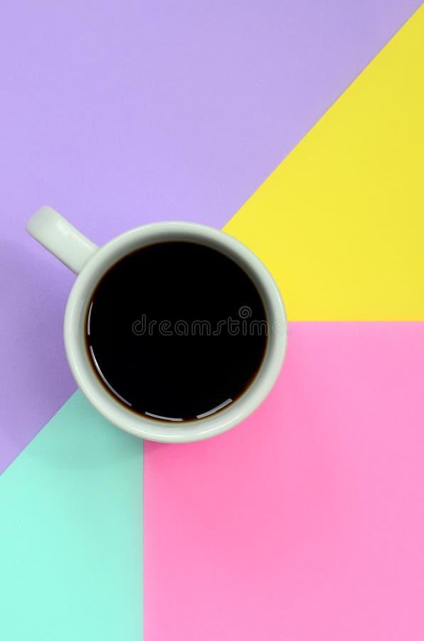 Kleine witte koffiekop op textuurachtergrond van blauw, geel, violet en roze de kleurendocument van de manierpastelkleur in minim royalty-vrije stock foto's
