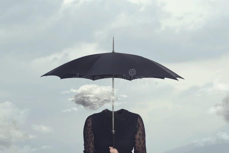 Kleine wolk die reparaties van de regen onder de paraplu van een vrouw zonder hoofd stock fotografie