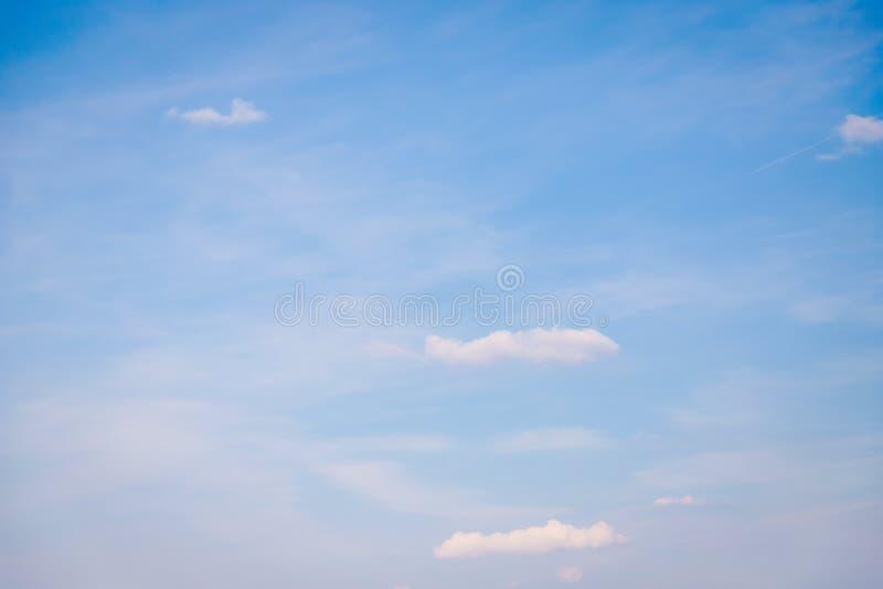 Kleine wolken op een lichtblauwe hemelachtergrond, zachte kleur royalty-vrije stock afbeelding