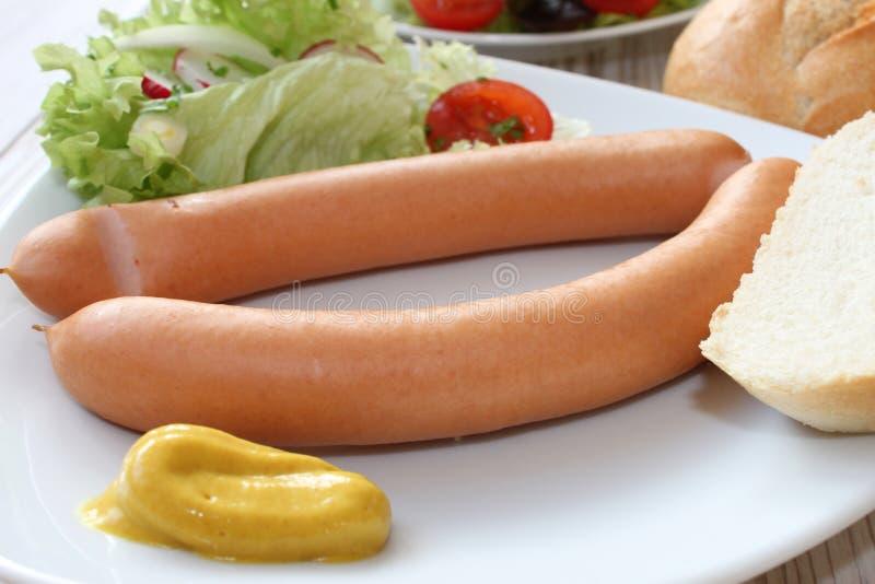 Kleine worst met salade en brood stock foto