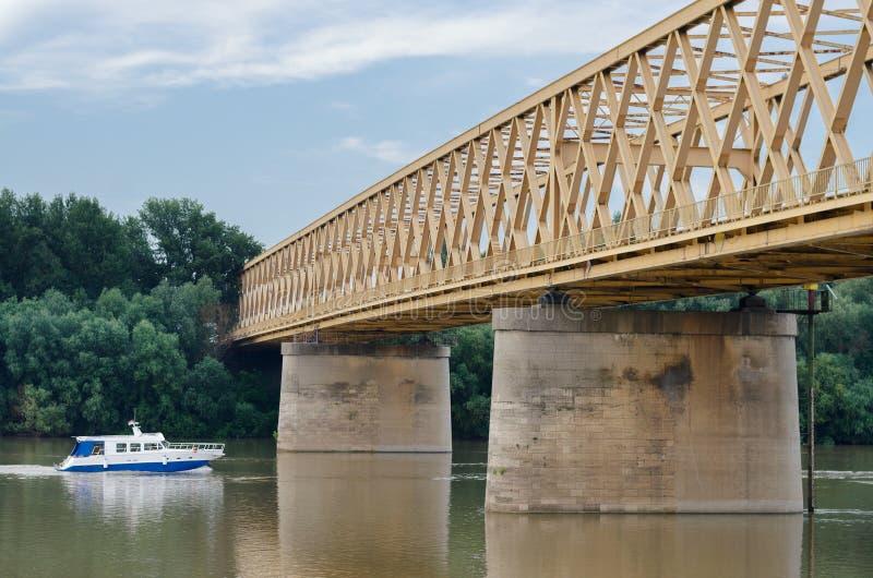 Kleine Yacht, die auf Fluss unter Brücke im Sommer reist stockfotos