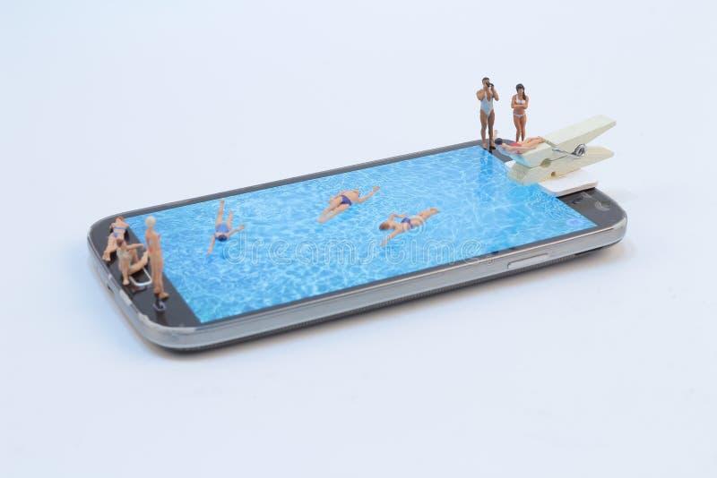 kleine Zahl Ralaxing im Pool Ansicht über Tastatur und Schirm lizenzfreies stockfoto