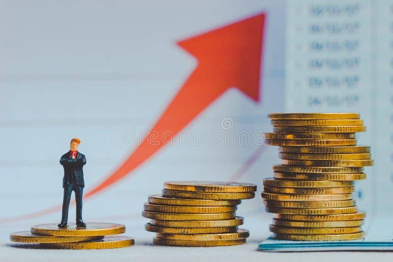 Kleine zakenmancijfers die zich op keerpunt bevinden op aardachtergrond; stock fotografie