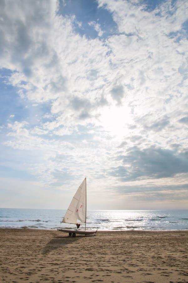 Kleine zeilboot op een kar bij het strand royalty-vrije stock foto